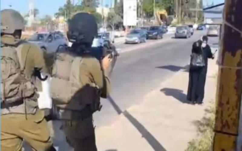 جيش العدو يطلق النار على مسنّة فلسطينية ويعتقلها رغم جراحها الخطرة (فيديو)