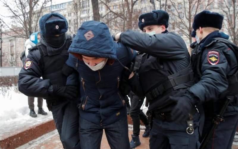 موسكو تستدعي السفير الأمريكي لتدخل بلاده في المظاهرات.. وواشنطن تصعّد نبرتها