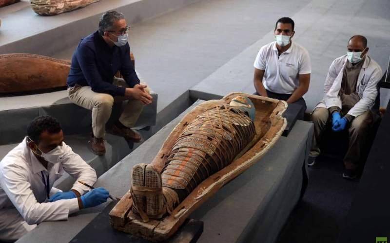 كشف أثري جديد بمنطقة سقارة المصرية.. 100 تابوت خشبي مغلق بحالتها الأولى داخل آبار للدفن يتراوح عمقها ما بين 10 أمتار إلى 12 مترا تحت سطح الأرض، بالإضافة إلى عدد كبير من اللقى الأثرية